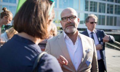 Auf dem Bild ist Antje Kapek im Gespräch mit einem Mann zu sehen.