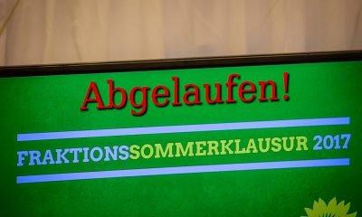 Im Bild ist ein Bildschirm mit dem Logo der grünen Sommerklausur zu sehen.