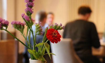 Auf dem Bild ist ein Blumenstrauß mit roten und lila Blumen zu sehen.