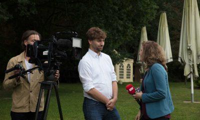 Auf dem Bild führt Stefan Gelbhaar ein Interview.