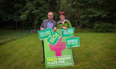 Auf dem Bild posieren zwei Abgeordnete mit einem Plakat gegen den Weiterbetrieb des Flughafens Tegel.