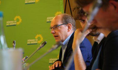 Auf dem Bild ist ein mann zu sehen, der während der Sitzung redet.
