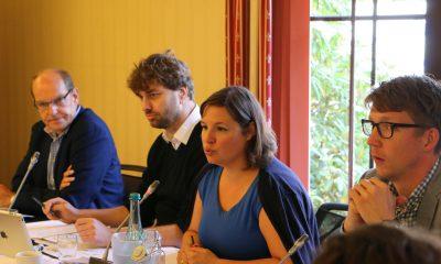 Auf dem Bild ist zu sehen, dass Antje Kapek redet. Neben ihr sitzen drei Männer.