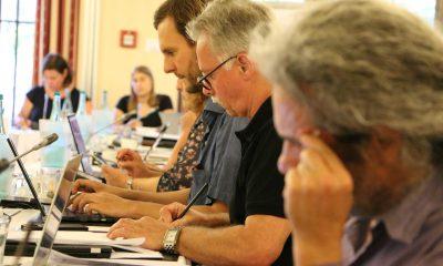 Auf dem Bild sind verschiedene Abgeordnete zu sehen, die am Laptop sitzen und arbeiten.