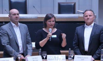 Auf dem Bild sind Udo Wolf, Antje Kapek und irgendein anderer Politiker einer rechtspopulistischen Partei zu sehen.