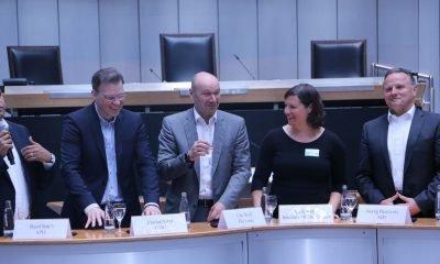 Auf dem Bild sind 4 Politiker anderer Parteien und Antje Kapek zu sehen.
