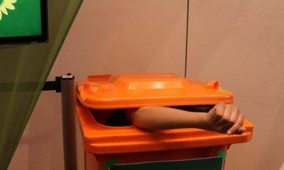 Auf dem Bild ist June Tomiak in einer Mülltonne zu sehen.