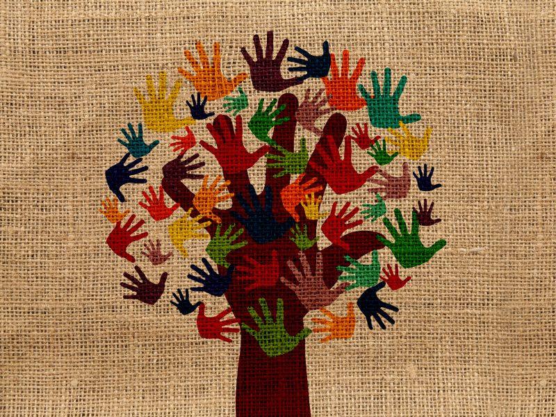 Ein auf einer bruanen Struktur gezeichneter Baum trägt anstatt von Blättern viele bunte Hände.