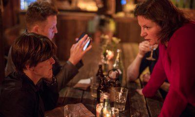 Auf dem Bild ist Antje Kapek zu sehen, die sich mit einer anderen Frau unterhält.