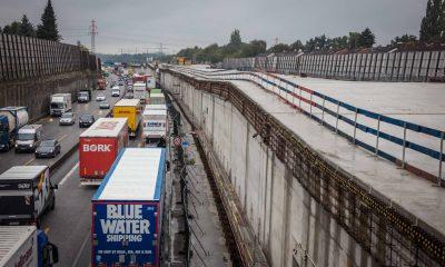 Auf dem Foto ist eine Autobahn zu sehen. Auf der rechten Seite ist die Autobahn von einer riesigen Betonhülle umgeben.