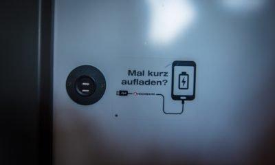 Auf dem Bild sind USB Anschlüsse zum Laden elektrischer Geräte in einem Bus zu sehen.
