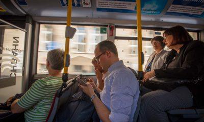 Auf dem Bild sind Personen in einem Bus zu sehen.