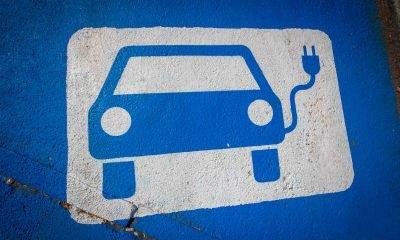Auf dem Bild ist ein Parkplatz zu sehen, der als Ladeparkplatz für E-Autos gekennzeichnet ist.