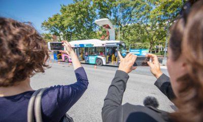 Auf dem Bild ist ein Elektrobus und eine Ladestation für den Bus zu sehen. Außerdem machen Ramona Pop und Antje Kapek Fotos davon mit ihren Handys.
