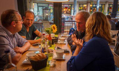 Auf dem Bild sind verschiedene Menschen in einem Restaurant zu sehen.