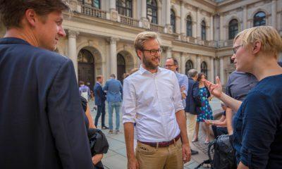 Auf dem Bild ist der Fraktionsvorsitzende der Grünen in Hamburg zu sehen, der sich mit Nina Stahr unterhält.