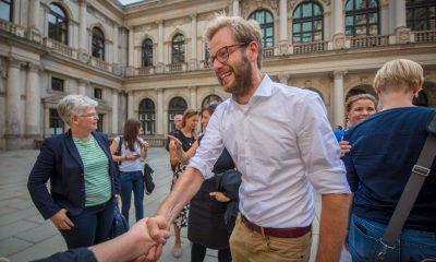Auf dem Bild ist der Fraktionsvorsitzende der Grünen in Hamburg zu sehen, der einer Person die Hand schüttelt.