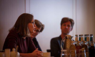 Auf dem Bild ist eine Person in einem Sitzungsraum in Hamburg zu sehen, während sie redet.