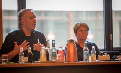Auf dem Bild sind zwei Personen in einem Sitzungsraum in Hamburg zu sehen.