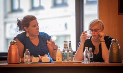 Auf dem Bild sind Anna Galina und Nina Stahr in einem Sitzungsraum in Hamburg zu sehen.