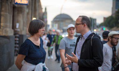 Auf dem Bild sind zwei Personen zu sehen, die diskutieren.