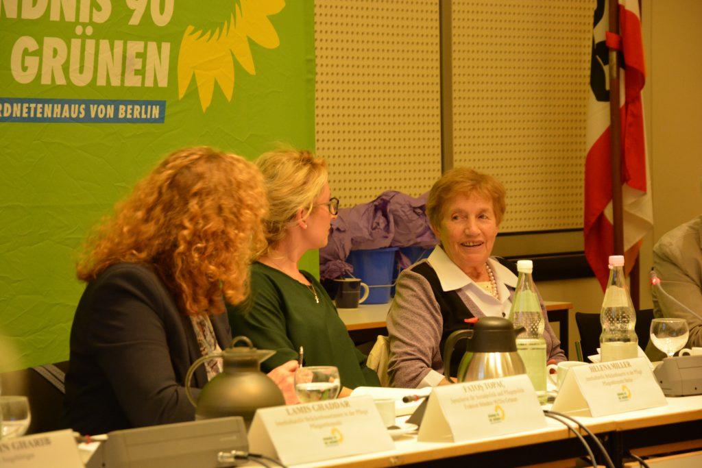 Auf dem Bild sieht man drei Frauen, die miteinander sprechen