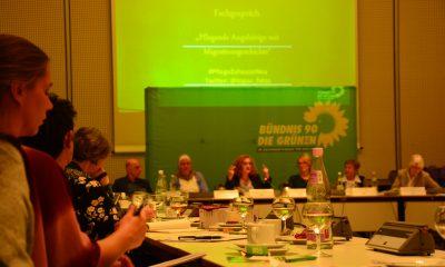 Auf dem Bild sieht man das Podium und die Teilnehmer