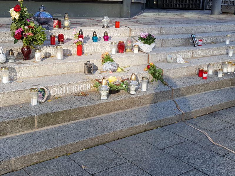 Blumen und Kerzen auf der Treppe am Breitscheidplatz