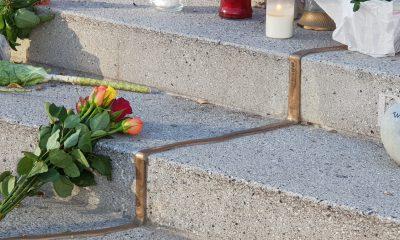 Ein Strauß Rosen liegt auf der Treppe am Breitscheidplatz