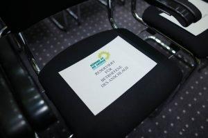 """Auf dem Bild ist ein Stuhl zu sehen, auf dem ein Blatt mit der Aufschrift """"Reserviert für Betroffene des Anschlags"""" zu sehen ist."""