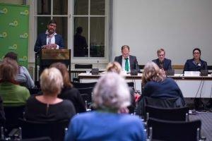 Der Justizsenator Dirk Behrendt hält eine Rede.