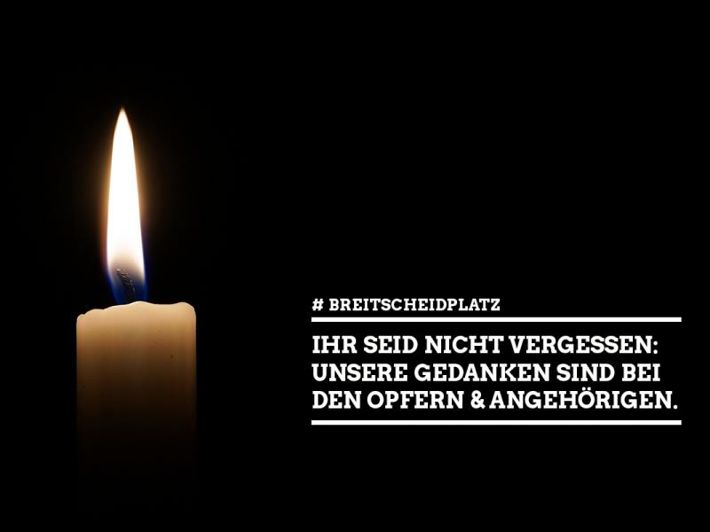 Eine weiße Kerze brennt, der Hintergrund des Bildes is komplett schwarz. In weißer Schrift steht rechts neben der Kerze: #Breitscheidplatz, Ihr seid nicht vergessen: Unsere Gedanken sind bei den Opfern und Angehärigen.
