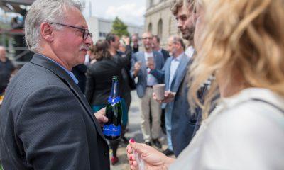 Es ist Harald Moritz zu sehen, der sich vor dem berliner Abgeordnetenhaus gemeinsam mit der Fraktion über das beschlossene bundesweit erste Mobilitätsgesetz für Berlin freut.