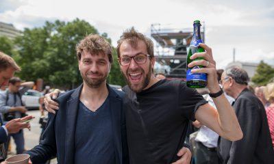 Es sind Georg Kössler und Stefan Gelbhaar zu sehen, die sich vor dem berliner Abgeordnetenhaus gemeinsam über das beschlossene bundesweit erste Mobilitätsgesetz für Berlin freuen.