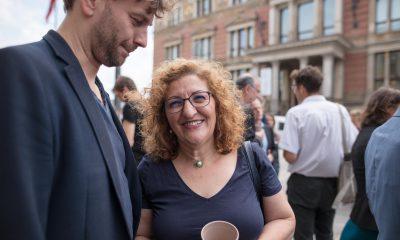 Es sind Fatoş Topaç und Stefan Gelbhaar zu sehen, die sich vor dem berliner Abgeordnetenhaus gemeinsam über das beschlossene bundesweit erste Mobilitätsgesetz für Berlin freuen.