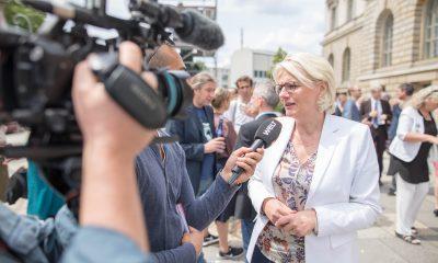 Es ist Regine Günther zu sehen, die vor dem berliner Abgeordnetenhaus interviewt wird.