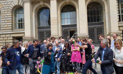 Es sind grüne Abgeordnete zu sehen, die sich vor dem berliner Abgeordnetenhaus gemeinsam über das beschlossene bundesweit erste Mobilitätsgesetz für Berlin freuen.