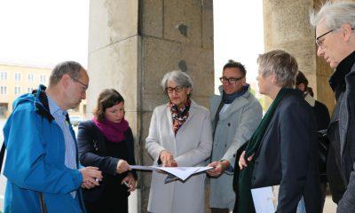Mitglieder der Grünen Fraktion im Berliner Abgeordnetenhaus begehen gemeinsam das Tempelhofer Feld