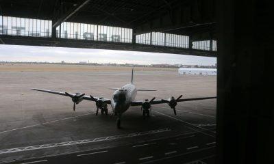 Es ist ein Flugzeug auf dem ehemaligen Flughafengelände in Tempelhof zu sehen