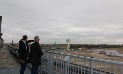Benedikt Lux und Harald Moritz schauen über das Gelände des Tempelhofer Felds