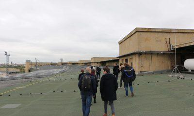 Mitglieder der Grünen Fraktion im Berliner Abgeordnetenhaus begehen das Tempelhofer Feld