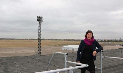 Es ist Antje Kapek und hinter ihr das Tempelhofer Feld zu sehen