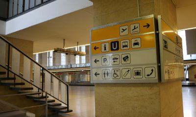 Es sind alte Schilder im Tempelhofer Flughafen zu sehen