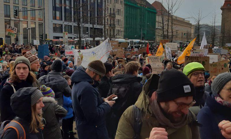Schülerinnen und Schüler, Studentinnen und Studenten demonstrieren in Berlin für Klimaschutz.