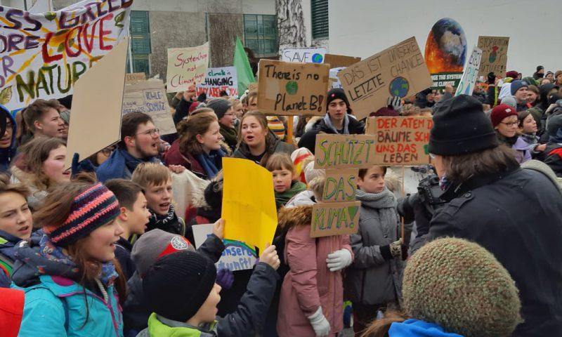 Schülerinnen und Schüler, Studentinnen und Studenten demonstrieren in Berlin bei der Fridays for Future - Demonstration.