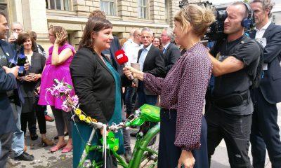 Es ist Antje Kapek zu sehen, die vor dem berliner Abgeordnetenhaus interviewt wird.