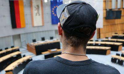 Jugendlicher im Plenarsaal des berliner Abgeordnetenhauses