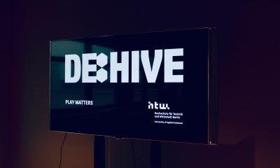 Es ist ein Bildschirm zu sehen, auf dem das Wort DE:HIVE angezeigt wird