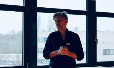 Ein Mann redet während eines Dialogspaziergangs über Digitalisierungspolitik