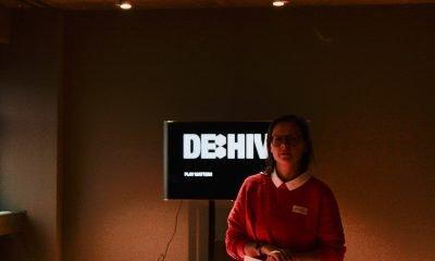 Eine Frau redet während eines Dialogspaziergangs über Digitalisierungspolitik